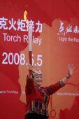 图文:奥运圣火在五指山传递 符桂花展示火炬