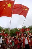 图文:群众在起跑仪式上欢迎奥运圣火到来