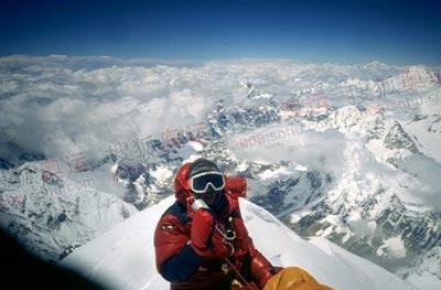 著名登山家李致新在1988年中日尼三国珠穆朗玛双跨中成功登顶