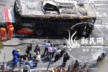 842路公交车爆燃的现场新民网 包文涵摄