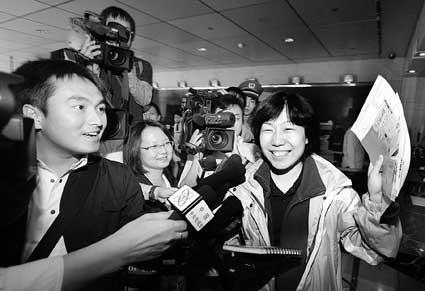 上午在西单的中国银行总行代售点,朱女士拿到六张奥运田径项目门票 摄/记者付丁