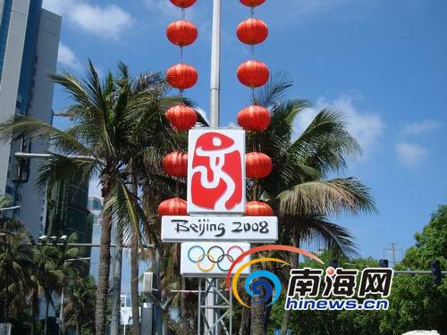 滨海大道上,奥运会会徽矗立在绿荫之中。(本网记者王晓灵 摄)