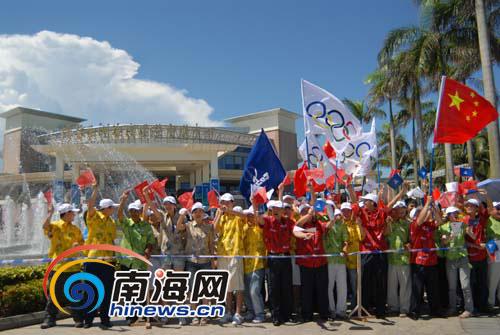 博鳌亚洲论坛会展中心人山人海,群众自发的组织团队敲锣打鼓,挥舞国旗,大声呐喊加油。本网记者汪德芬摄影
