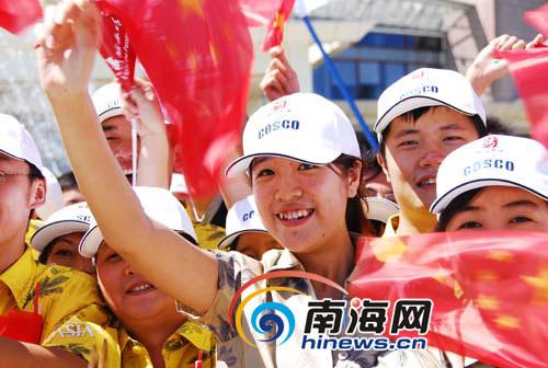 博鳌亚洲论坛会展中心人山人海,群众挥舞国旗,大声呐喊加油。本网记者李永金摄影