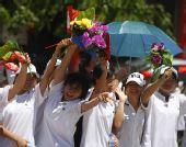 图文:圣火在万宁传递 群众沿途欢迎