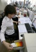 图文:山西运城银行工作人员为购票者打印门票