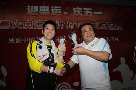 图:威盛中国芯羽毛球队与明星羽毛球队互换奖杯