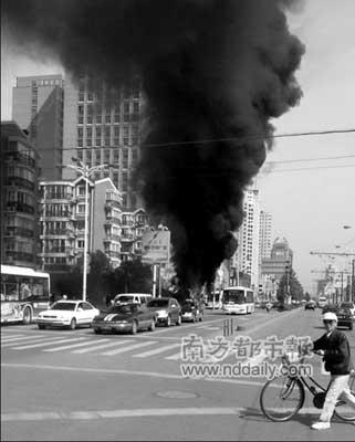 目击者称公交车起火时,一团火球从中部座位旁蹿起,并冒出阵阵浓烟。《上海商报》供图