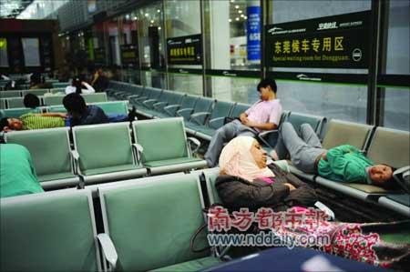 昨日凌晨4时,暴雨导致航班延误,部分旅客就睡在白云机场大厅。本报记者孙涛摄