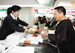图为西藏企业家达娃顿珠在中国银行奥运门票代售网点购买门票。记者 蒋盖 摄
