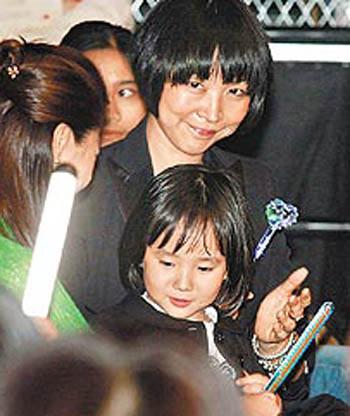 孩子的妈Tina(左)抱着女儿Rati在台下捧场。