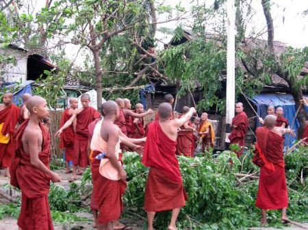5月4日,僧侣在仰光市街头清除路障。