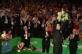 图文:世锦赛奥沙利文第三次夺冠 高举冠军奖杯