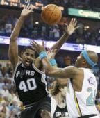 图文:[NBA]马刺VS黄蜂 托马斯手舞足蹈