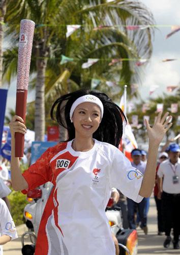 世界小姐总决赛冠军张梓琳在进行传递