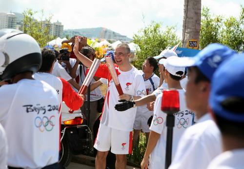 """来自上海大众的技术执行经理德国人Oeljeklaus为自己起了一个地地道道的中文名字宇杰。他从2005年来到上海大众工作之后,最大的心愿就是能在异国他乡亲历奥运传递。2008年5月4日,在三亚,这位为中国汽车的高品质严格把关的""""汽车人""""高举起了属于自己、属于""""大众""""的奥运圣火"""