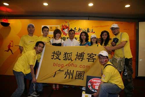搜狐公司副总裁兼奥运事业部总经理陈陆明与搜狐网友合影
