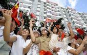 图文:奥运会火炬在海口传递 群众沿途观看火炬