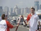 图文:奥运会火炬在海口传递 与下一棒交接