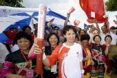 图文:奥运会火炬在海口传递 陈约琴与群众合影