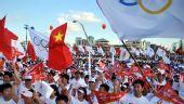图文:奥运会火炬在海口传递 庆典仪式上欢呼