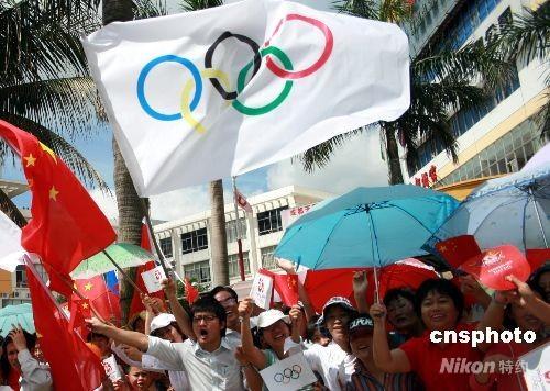 5月6日,北京奥运圣火在海口市传递,海口是北京奥运圣火在中国境内传递的第一个省会城市,也是在海南传递的最后一站。数十万观众走出家门,挥舞五星红旗和奥运五环旗喜迎奥运圣火。 中新社发 关向东 摄