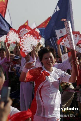5月6日,奥运圣火在海口市传递。海口市民用不同的方式欢迎奥运圣火,支持北京奥运会。 中新社发 尹恩彪 摄