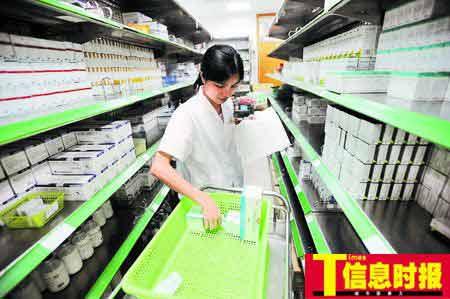 广州市红十字会医院透露,今后该院将采取电脑方式发药以减少失误。图为该院医护人员在配药。时报记者 朱元斌 摄