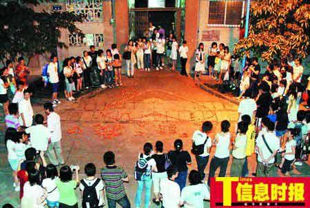 """华师学生宿舍前,玫瑰花阵拼成心形和""""原谅我""""几个中文字。时报记者 萧嘉宁 摄"""