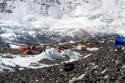 前进营地,一边是满山坡的石,一边是冷森森的冰塔林