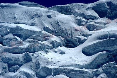 远看去北坳的路线,完全是冰上行走,而且几乎都是很徒的斜坡路