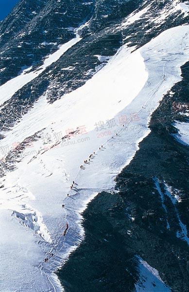 前往7790营地是一段艰难的雪坡路