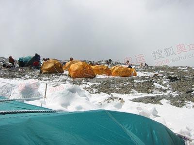8300米营地的帐蓬就像是挂在绝壁上的