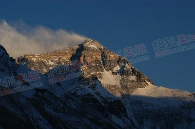 从远处看峰顶,一道浅黄色的绝壁,就是8300米的分界线