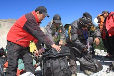 新华社两位要到前进营地的记者都在帮他,他们知道这个看起来最小的包里装满了沉重的器材,其实是最吃亏的一个