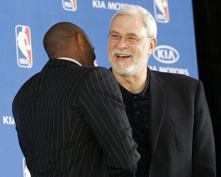 图文:[NBA]科比常规赛MVP图 杰克逊祝贺