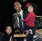 图文:[NBA]科比常规赛MVP图 科比手捧奖杯