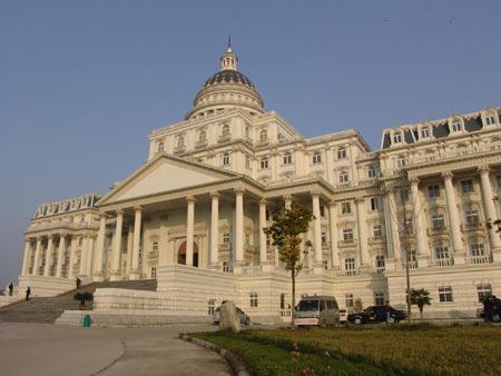 """安徽阜阳市耗资千万元建""""白宫""""式政府办公楼。建筑整体为欧式风格,外型错落有致,富有变化"""