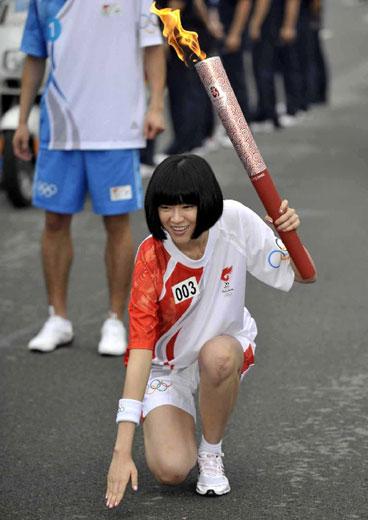 5月7日,奥运火炬手李艾手持火炬准备传递。当日,北京奥运圣火传递活动在广东省广州市举行。新华社记者刘大伟摄