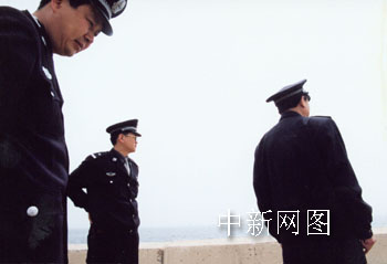 海茂街派出所民警第一个到达岸边,中为姜毅