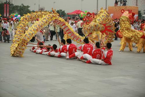 舞龙舞狮表演热闹非凡