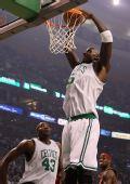 图文:[NBA]骑士VS凯尔特人 加内特扣篮