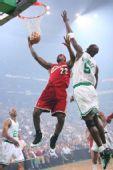 图文:[NBA]骑士VS凯尔特人 加内特欲封盖皇帝