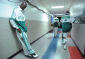 图文:[NBA]骑士VS凯尔特人 加内特沉思