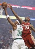 图文:[NBA]骑士VS凯尔特人 皇帝封盖皮尔斯