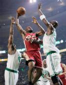 图文:[NBA]骑士VS凯尔特人 皇帝杀入禁区