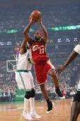 图文:[NBA]骑士VS凯尔特人 皇帝突入禁区