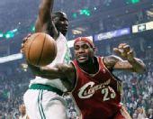 图文:[NBA]骑士VS凯尔特人 詹姆斯拼命救球