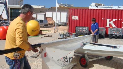 图文:F1摩托艇浪漫波尔蒂芒 父子携手搭建帐篷