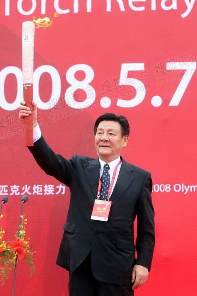 北京奥组委委员叶文虎展示祥云火炬